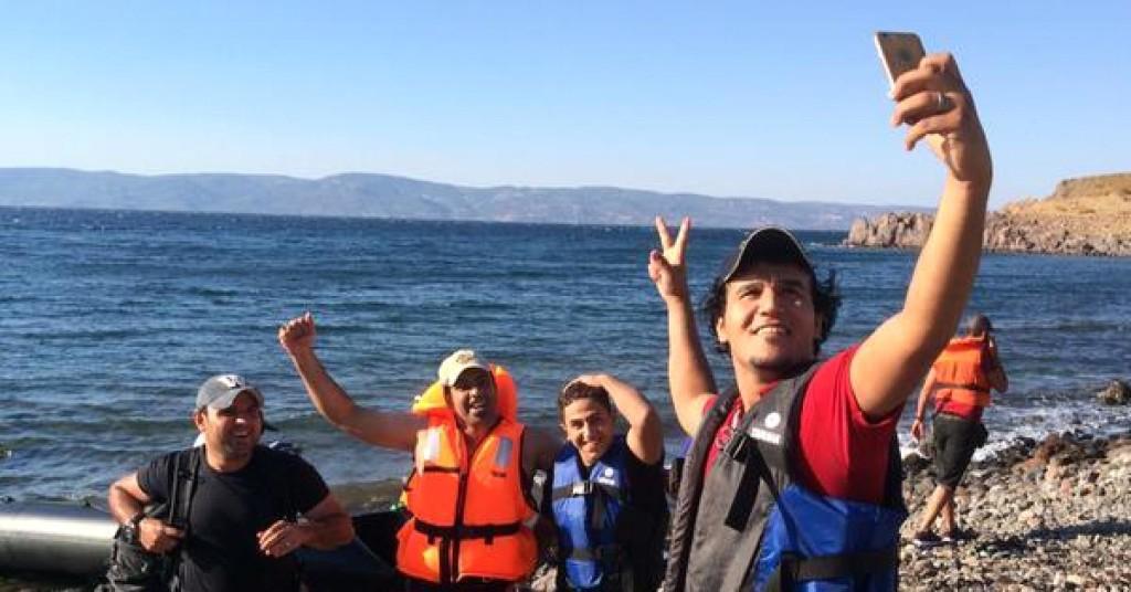 Migranter med smarttelefoner som tar selfie når de er kommet til Europa.