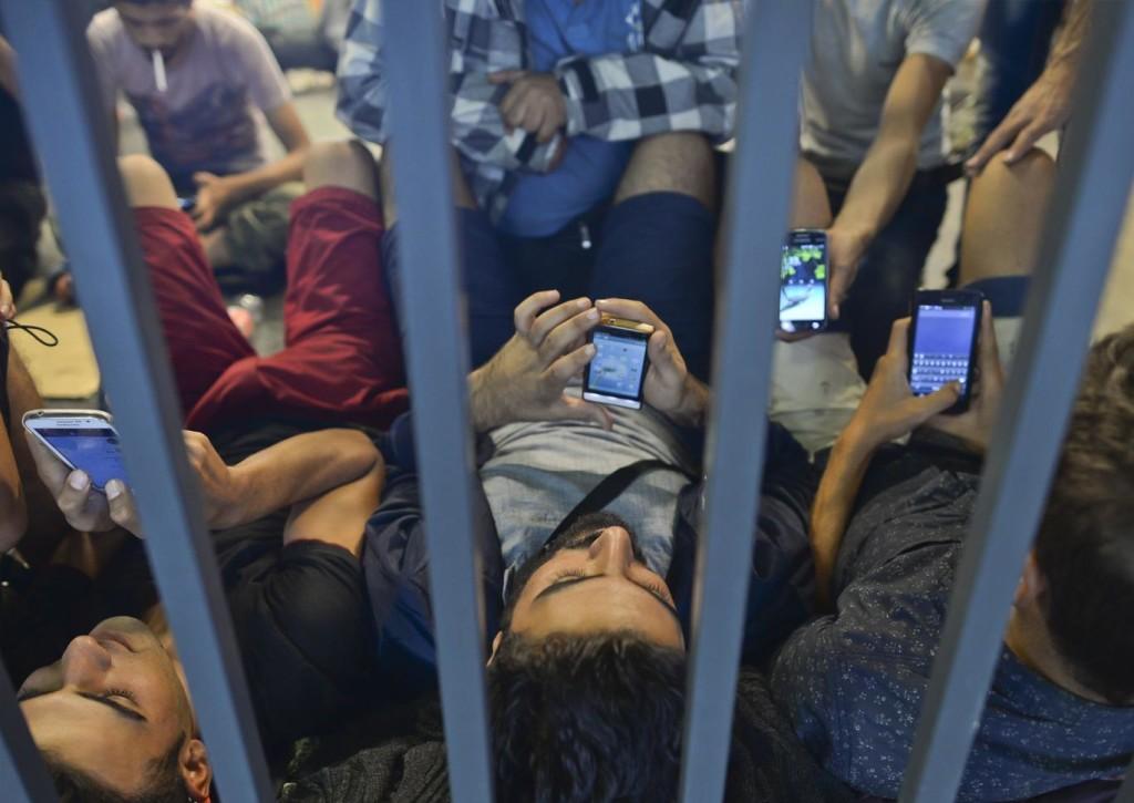 refugees-phones